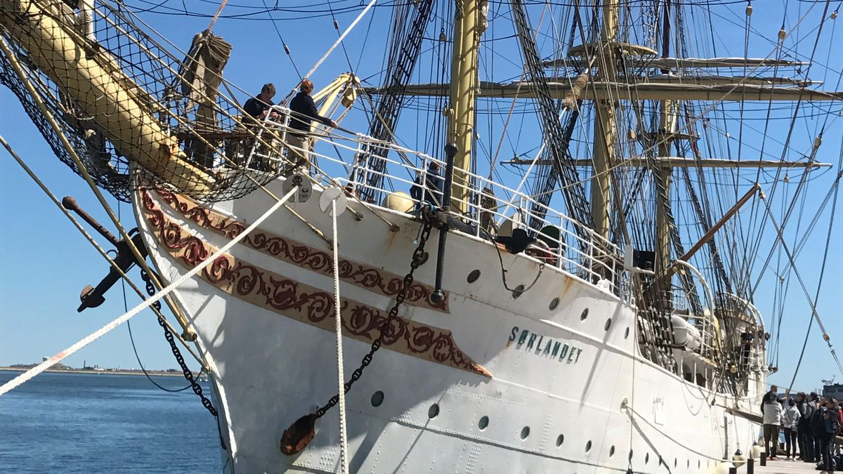 World's oldest operating tall ship sails into Boston