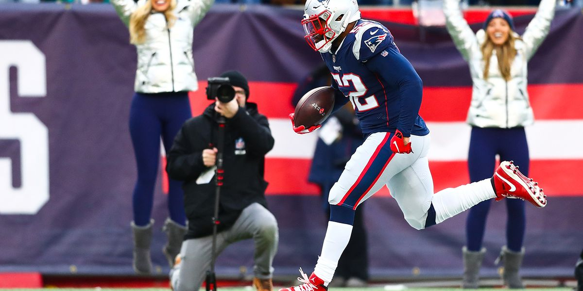 Dolphins score late to defeat Patriots, deny New England first-round bye