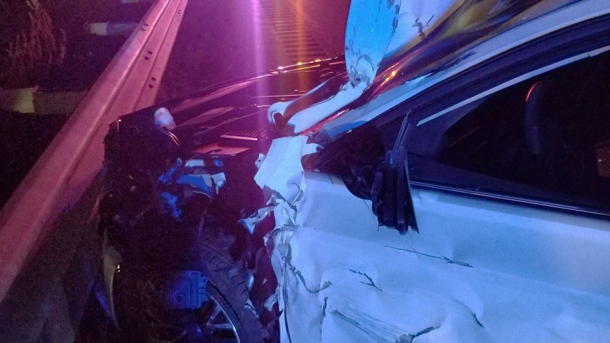 Single car crashed into guardrail in Oxford